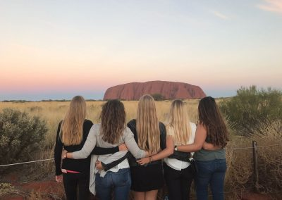 ICMS (Australie) – Girls at Uluru